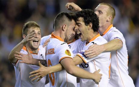 El Valencia gana a un Elche negado en el remate