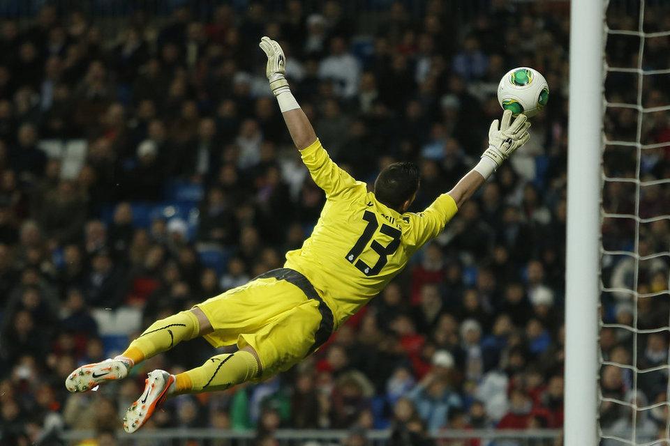 Kiko Casilla no puede ante el contragolpe blanco