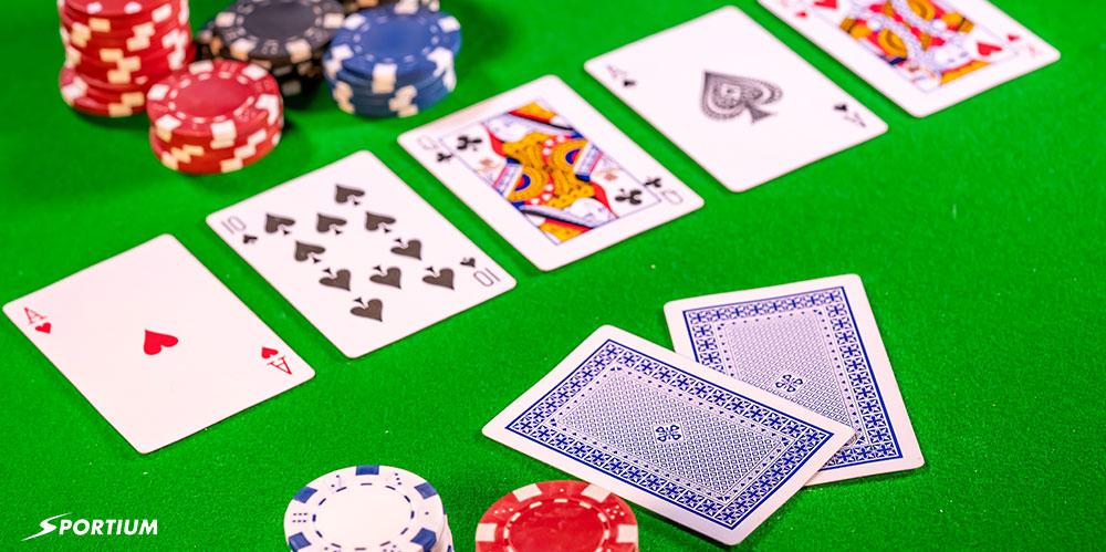 Cartas de poker en una mesa