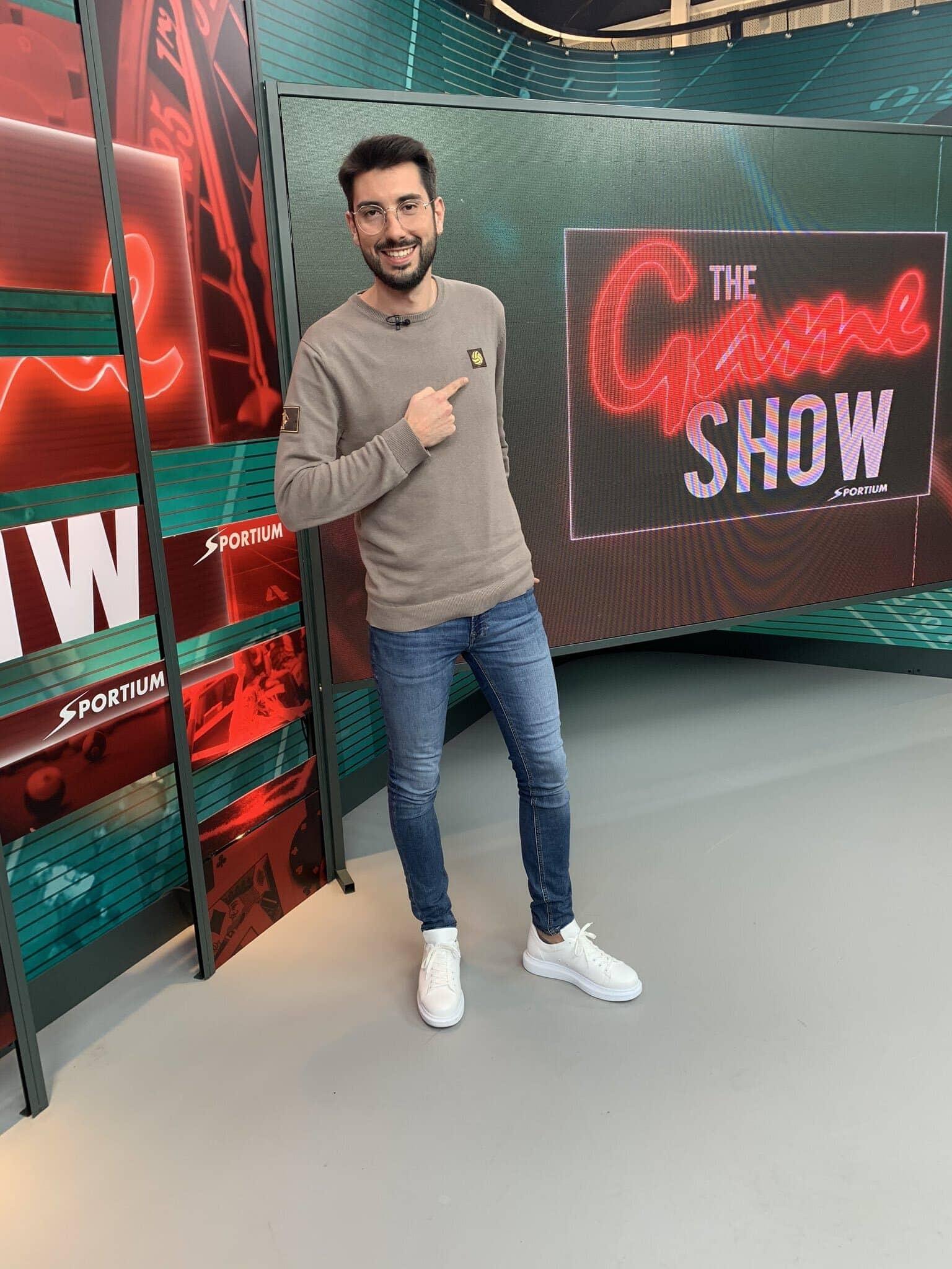 Marc Vila,presentando el espacio de Deportes de The Game Show